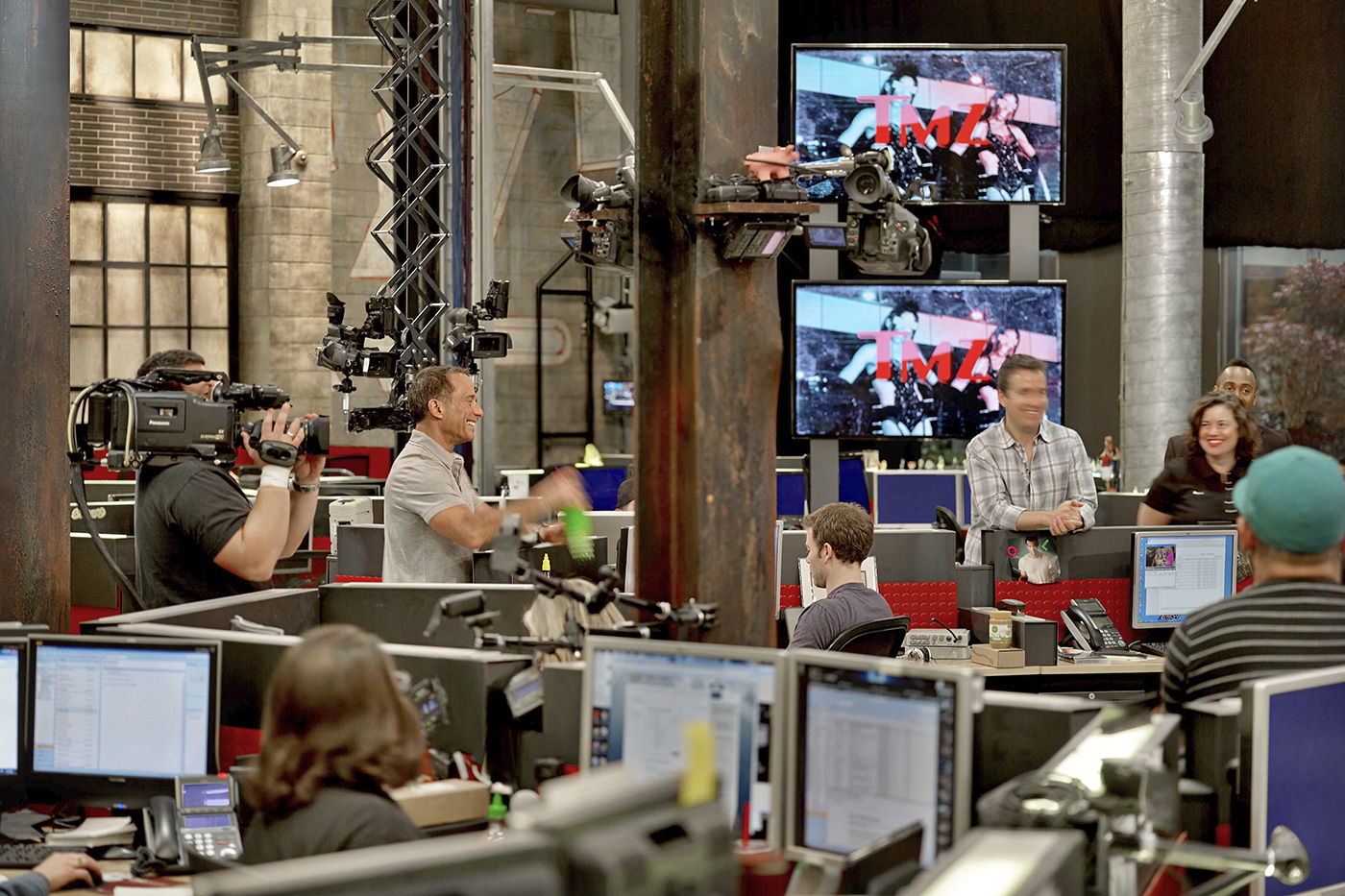 Take a tour of tmz 39 s stylish headquarters officelovin for Tmz tours in los angeles