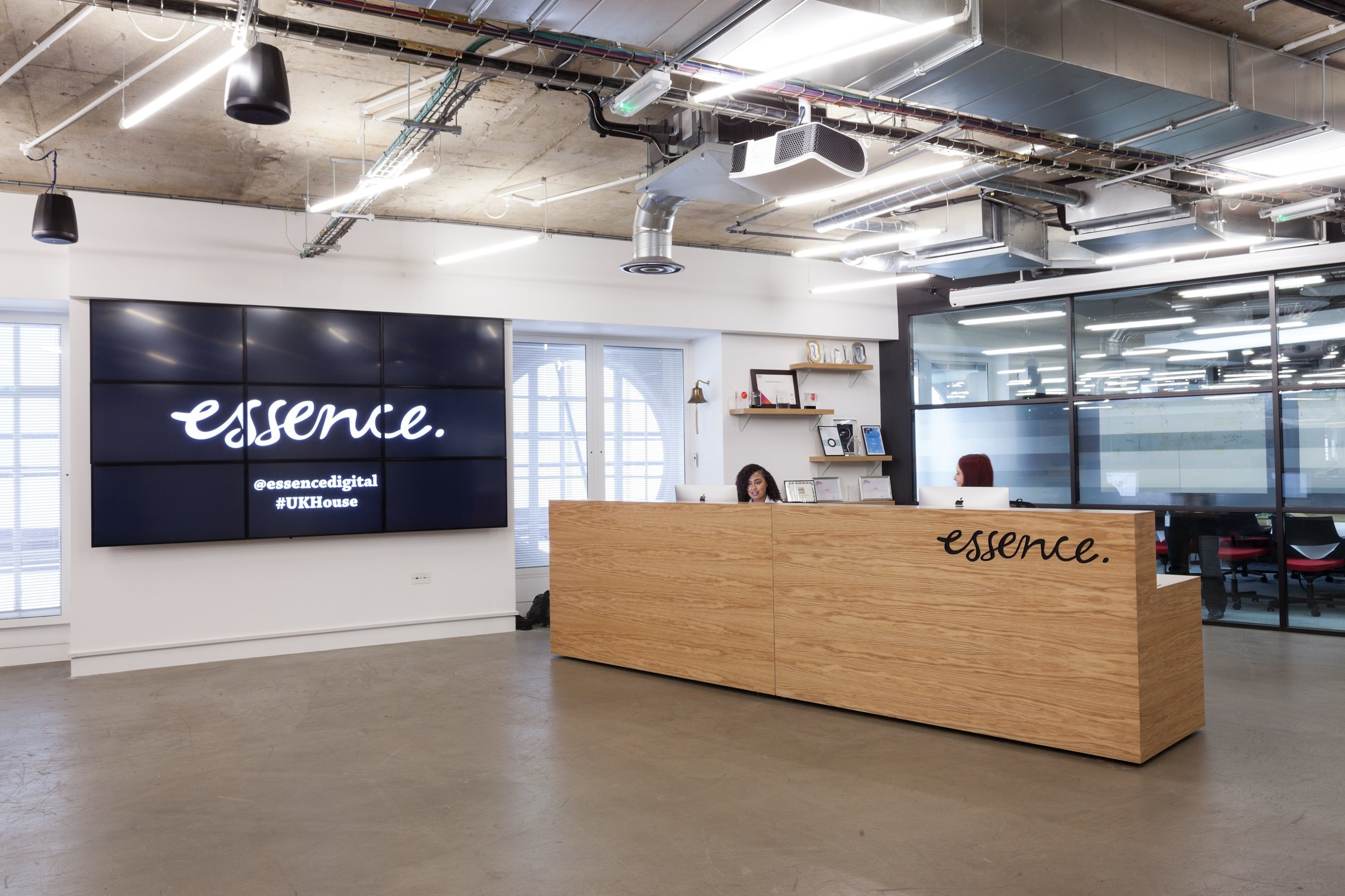 A look inside essence s london office officelovin 39 for Bureau reception