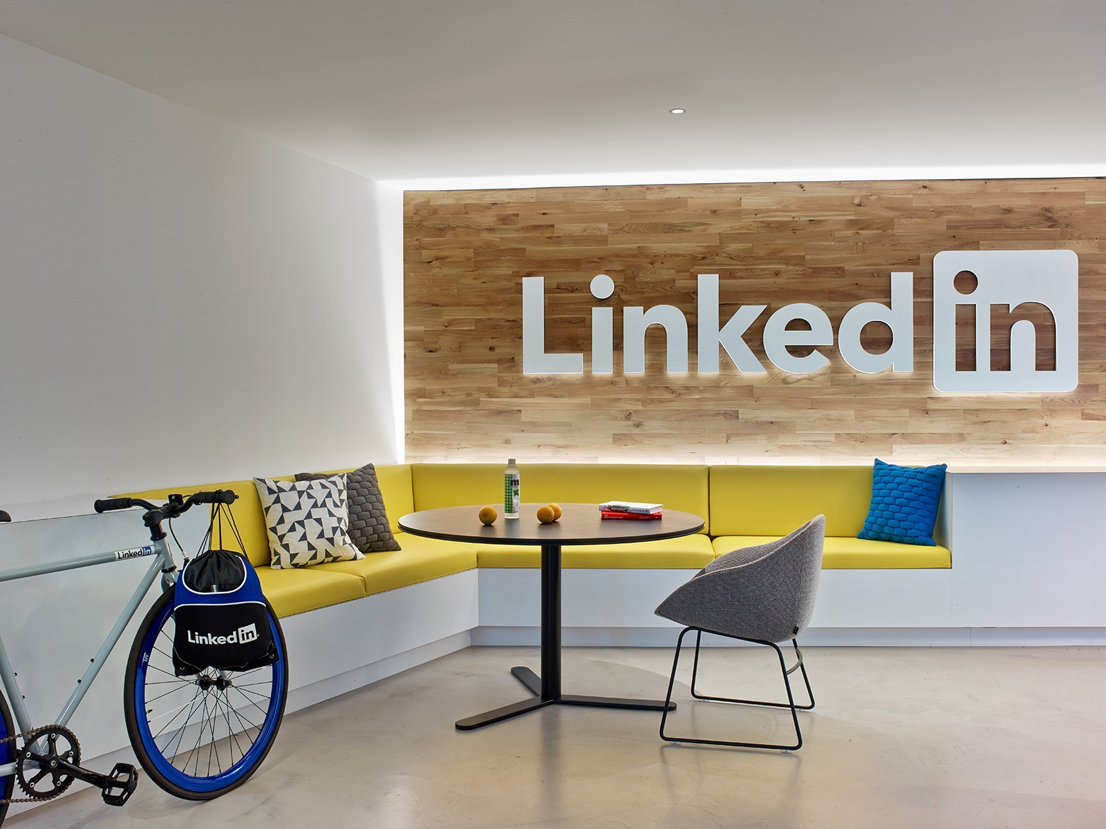 A look inside linkedin s new nyc office officelovin 39 for Decoracion oficina creativa