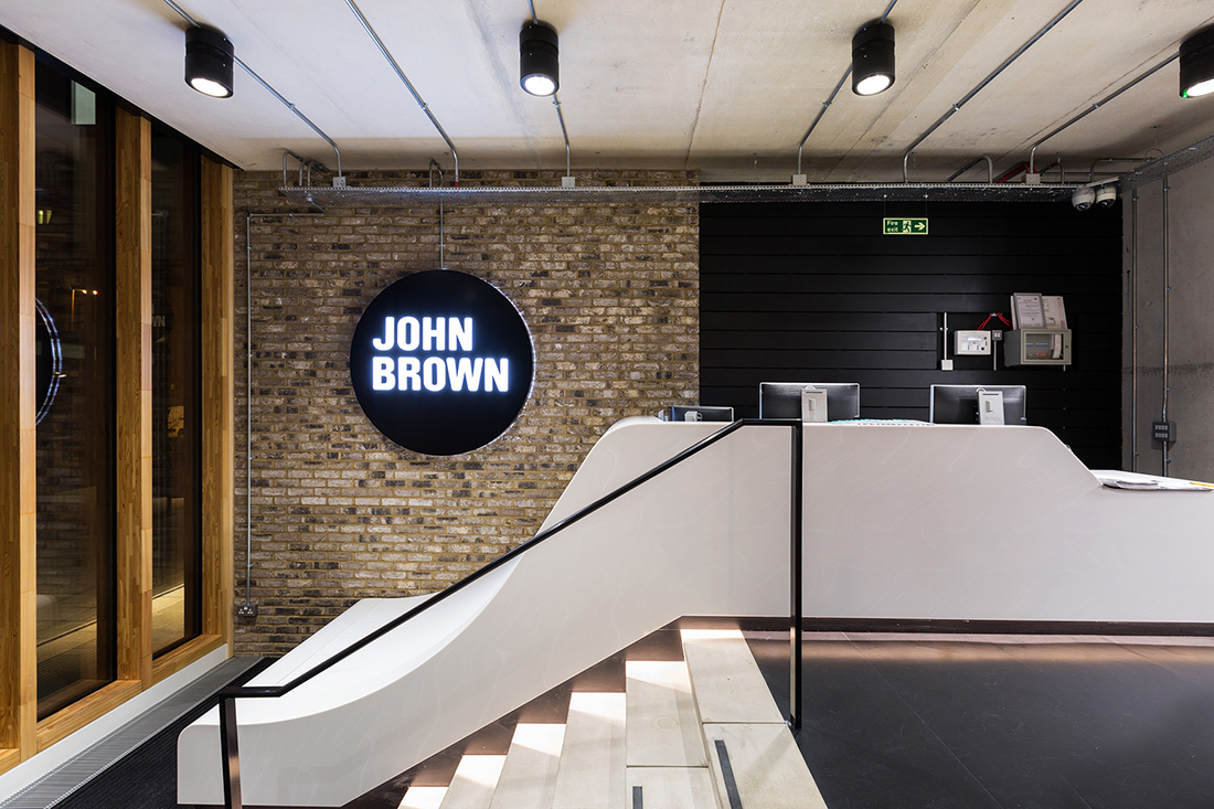 A tour of john brown media s cool london office officelovin 39 for Oficinas minimalistas