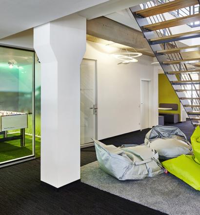Büromöbel von Bene GmbH, The Squaire, Am Flughafen 13, 60549 Frankfurt, bei Kunde netzkern AG, Oberbergische Straße 63, 42285 Wuppertal