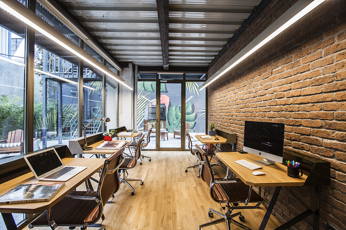 Another look inside kolektif house s coworking space for Kantoor interieur
