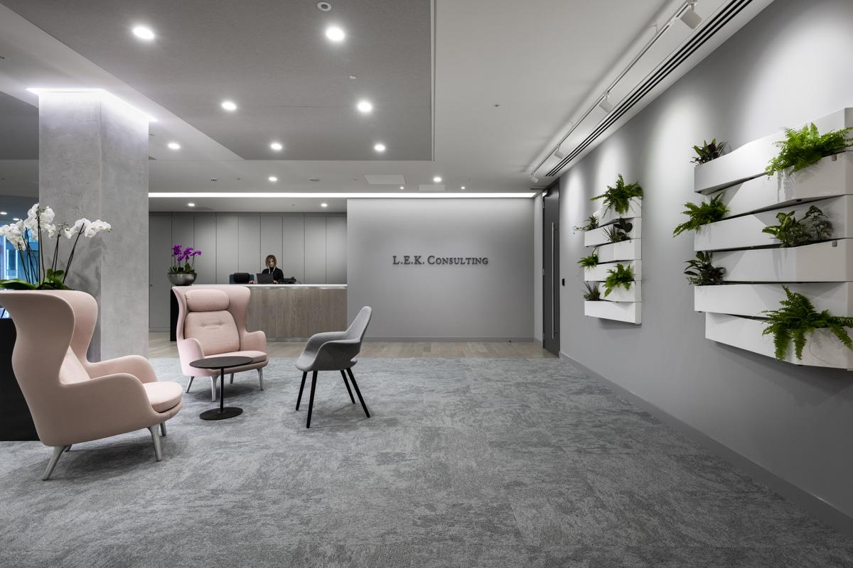 9a18878b296 A Look Inside L.E.K. Consulting s Modern London Office - Officelovin
